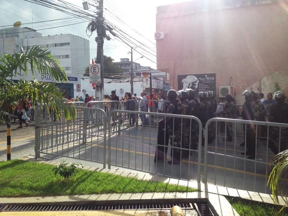 Batalhão de Choque cerca o prédio da Assembleia (Foto: Edileusa Martins)
