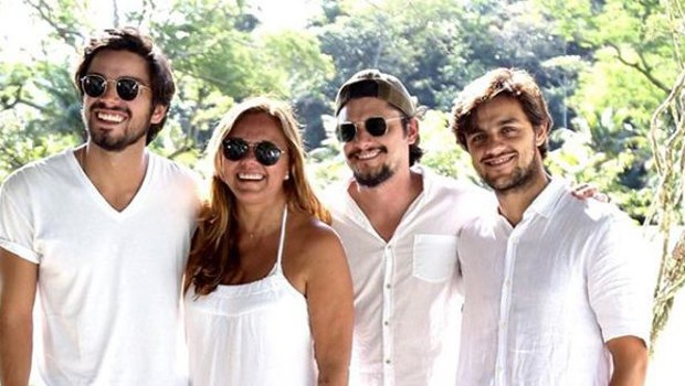 Ana Sang com os filhos, Rodrigo Simas, Bruno Gissoni e Felipe Simas (Foto: Reprodução/Instagram)