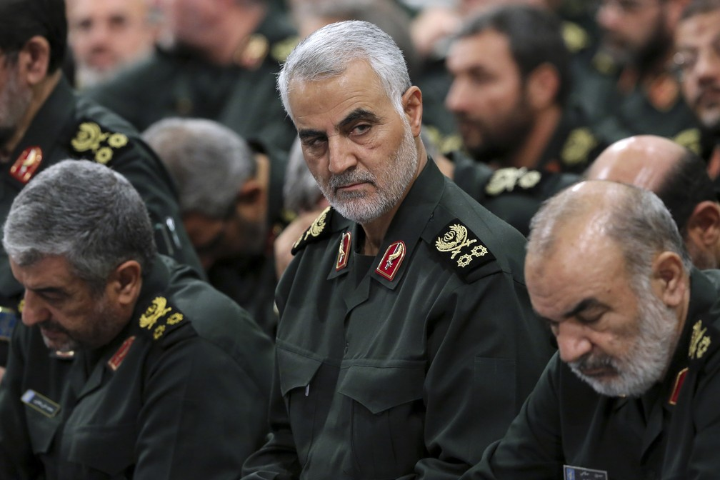 Em foto de 2016, Qassem Soleimani, chefe da Guarda Revolucionária Iraniana, participa de um reunião em Terrã, no Irã — Foto: Office of the Iranian Supreme Leader via AP, Arquivo