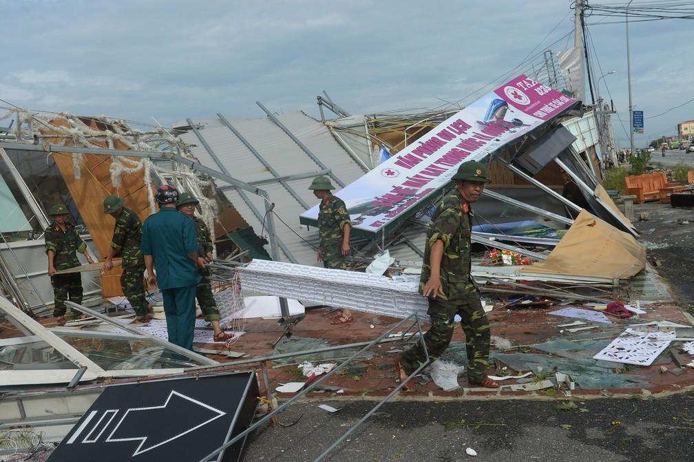 -  Soldados removem destroços em Ky Anh town, área mais atingida pelo tufão  Foto: Hoang Dinh Nam/AFP