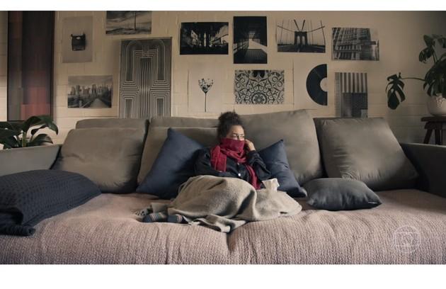 Fabiula Nascimento como a personagem Clara na sua sala. Cada dupla de artistas gravou em sua própria casa devido à quarentena (Foto: Reprodução)