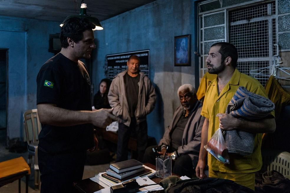 Rodrigo Lombardi e Kaysar Dadour em cena de 'Carcereiros - O Filme' — Foto: Divulgação