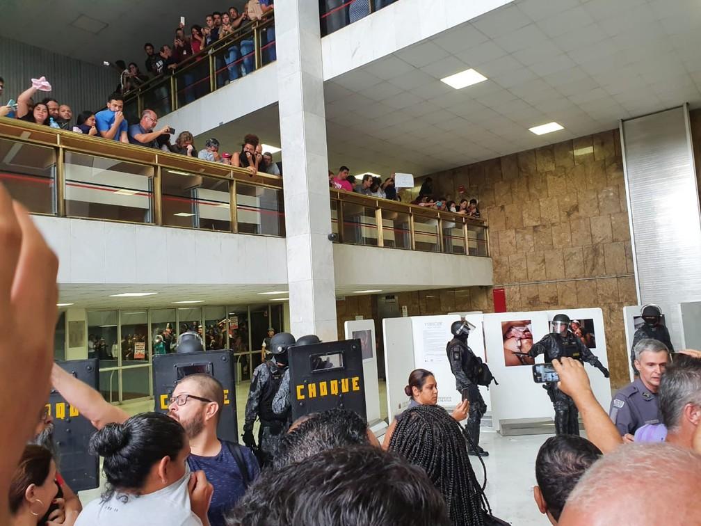 Manifestantes entram e ocupam saguão da Alesp  — Foto: Bárbara Muniz Vieira/G1