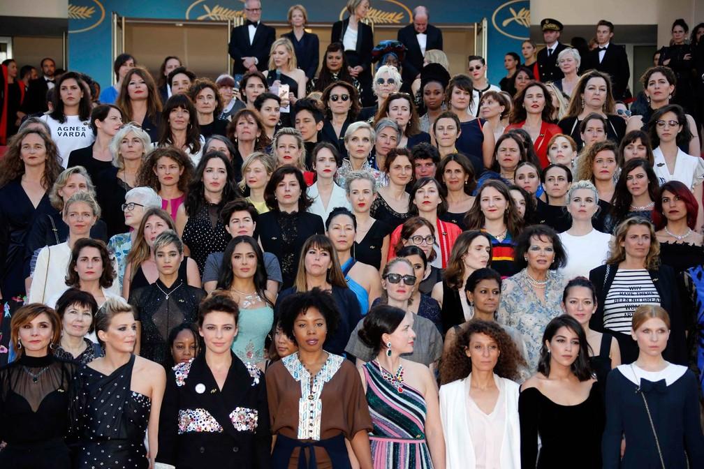-  Grupo de 82 mulheres do cinema posam juntas em escadaria durante protesto no tapete vermelho do Festival de Cinema de Cannes, na França. Elas exigem