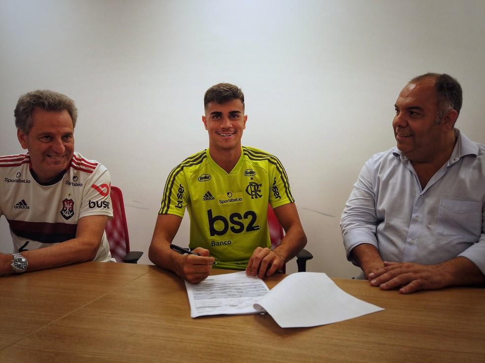Reinier assina contrato com o Flamengo ao lado do presidente Rodolfo Landim (esquerda) e o vice de futebol Marcos Braz — Foto: Matheus Grangeiro/Flamengo