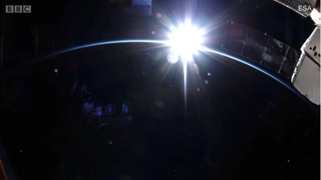 O nascer do sol visto da Estação Espacial Internacional (Foto: BBC News Brasil)
