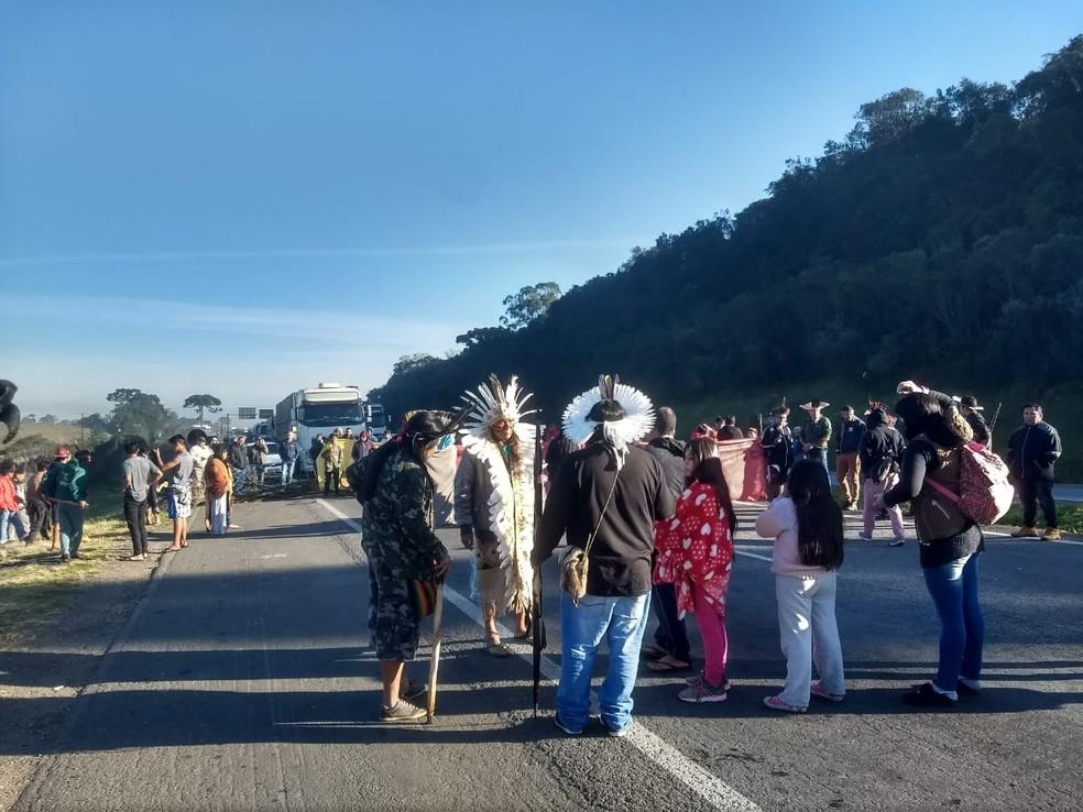 Índios protestam na Região de Curitiba nesta sexta-feira (12) — Foto: Vanessa Rumor/RPC