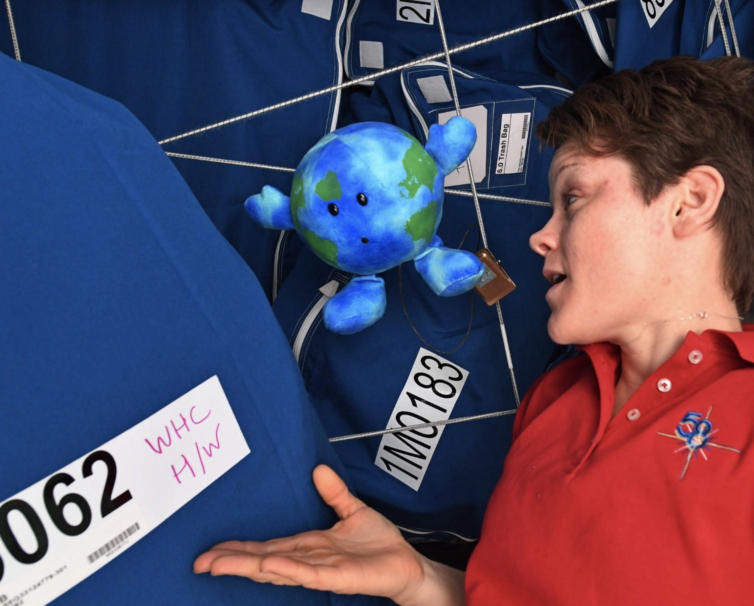 A pelúcia recebeu o nome de Earthie (Foto: NASA/ Anne McClain)