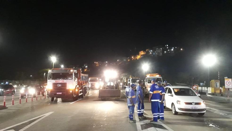 Funcionários da Prefeitura do Rio retirar cancelas e bloqueios do pedágio da Linha Amarela na noite deste domingo (27) — Foto: Divulgação