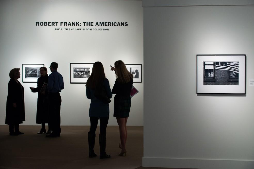 Visitantes observam a mostra do livro �The Americans�, em Nova York, em dezembro de 2015.  � Foto: Bryan Thomas / GETTY IMAGES NORTH AMERICA / AFP