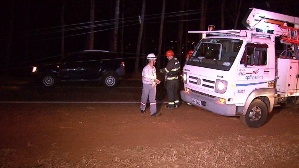 Motorista derruba quatro postes após acidente na Avenida Adelmo Perdizza em Ribeirão Preto, SP - Notícias - Plantão Diário