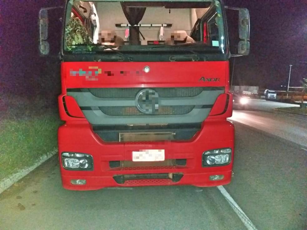 Caminhão envolvido no acidente que ocorreu na BR-232, em Caruaru — Foto: PRF/Divulgação