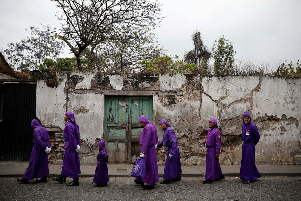Criança acompanha adultos na Procissão de Jesus Nazareno da Humildade, marcando a Sexta-Feira Santa em Antigua, na Guatemala — Foto: Luis Echeverria/Reuters