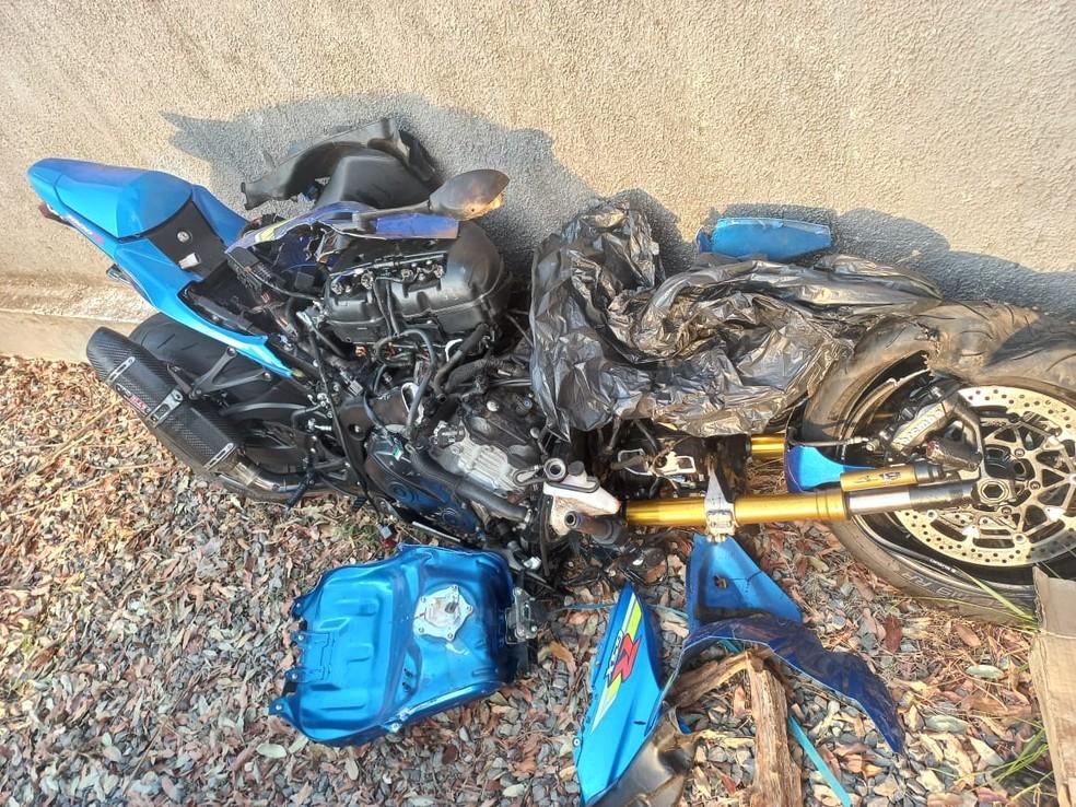 Moto ficou destruída após batida — Foto: Polícia Civil/Divulgação