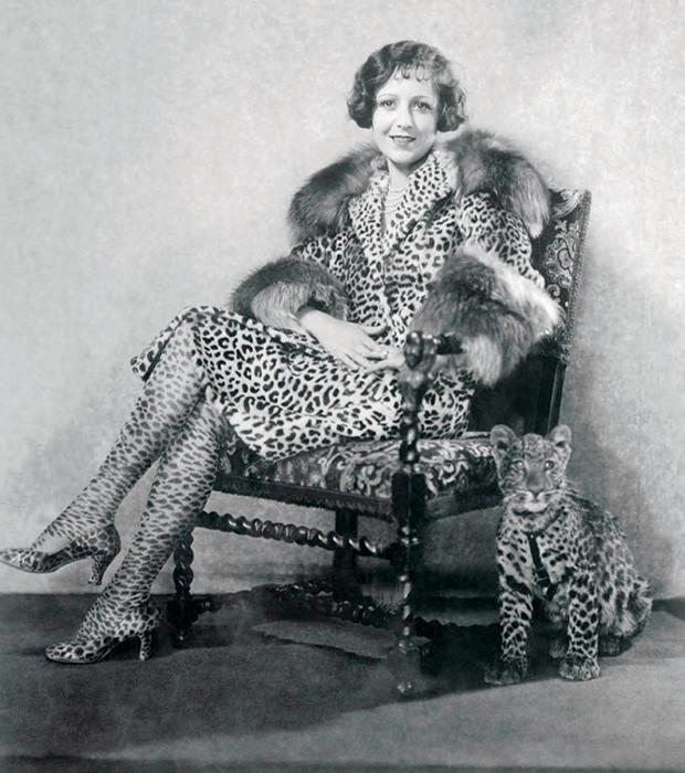 A atriz americana Lola Todd com sapato Ferragamo, na Hollywood Bootshop (Foto: Divulgação)