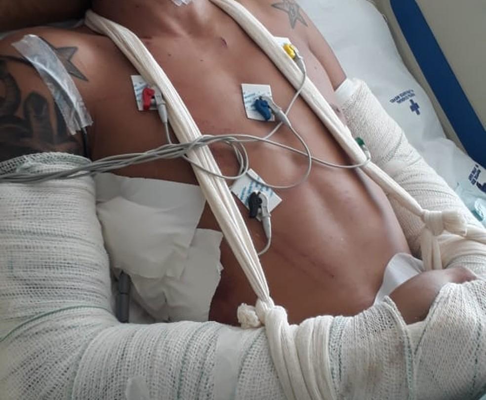 Agressor internado no hospital. (Foto: Divulgação/ PM)