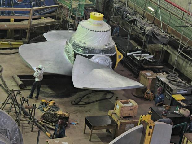 Hélice de turbina é montada na casa de força (Foto: Taísa Arruda/G1)