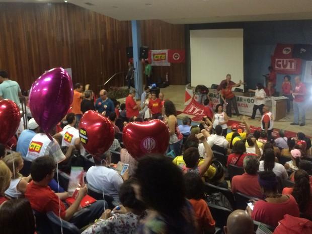 Manifestantes protestam a favor do governo Dilma no auditório da faculdade de direito da UFG, em Goiânia, Goiás (Foto: Vanessa Martins/G1)