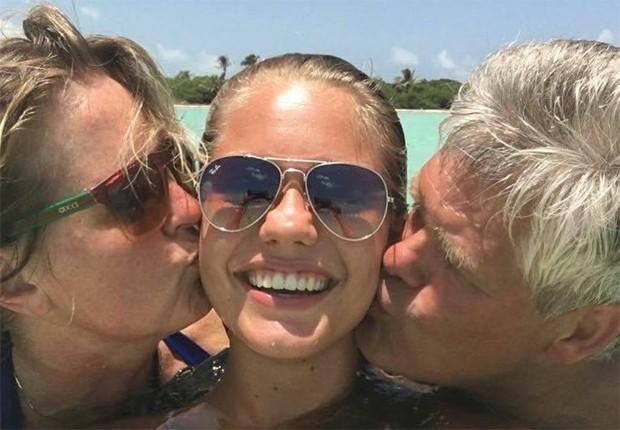 Lotte van der Zee entre os pais (Foto: Reprodução/Instagram)