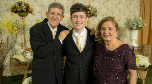 Eduardo posa para foto com seus avós (Foto: Reprodução)