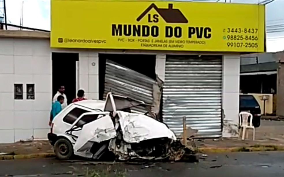 Carro ficou destruído após acidente na Avenida Presidente Kennedy, em Olinda, nesta terça-feira (12) — Foto: Reprodução/WhatsApp
