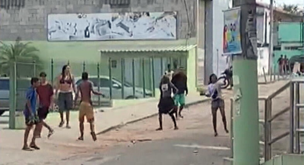 Grupo atira pedras contra mercado em São Gonçalo — Foto: Reprodução/TV Globo