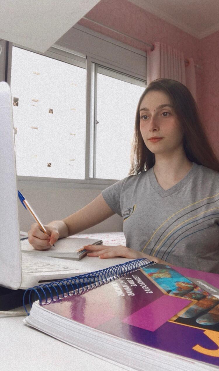 Estudante é aprovada em 8 faculdades nacionais e 6 estrangeiras na 1ª tentativa: 'Esforços recompensados'