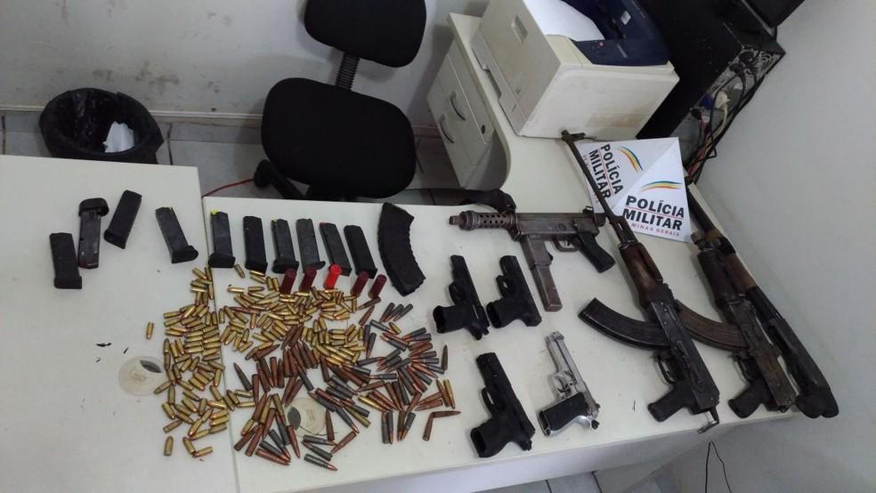 Com a quadrilha, a PM apreendeu fuzis, pistolas, submetralhadora, espingarda, explosivos e munições (Foto: Polícia Militar/Divulgação)