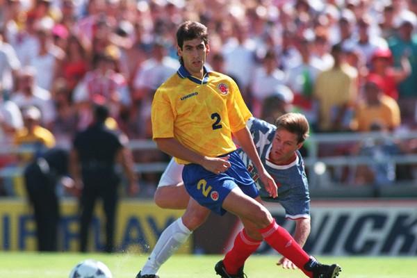 O jogador colombiano Andrés Escobar (1967-1994) na partida contra os Estados Unidos em 1994 em que marcou um gol contra (Foto: Getty Images)