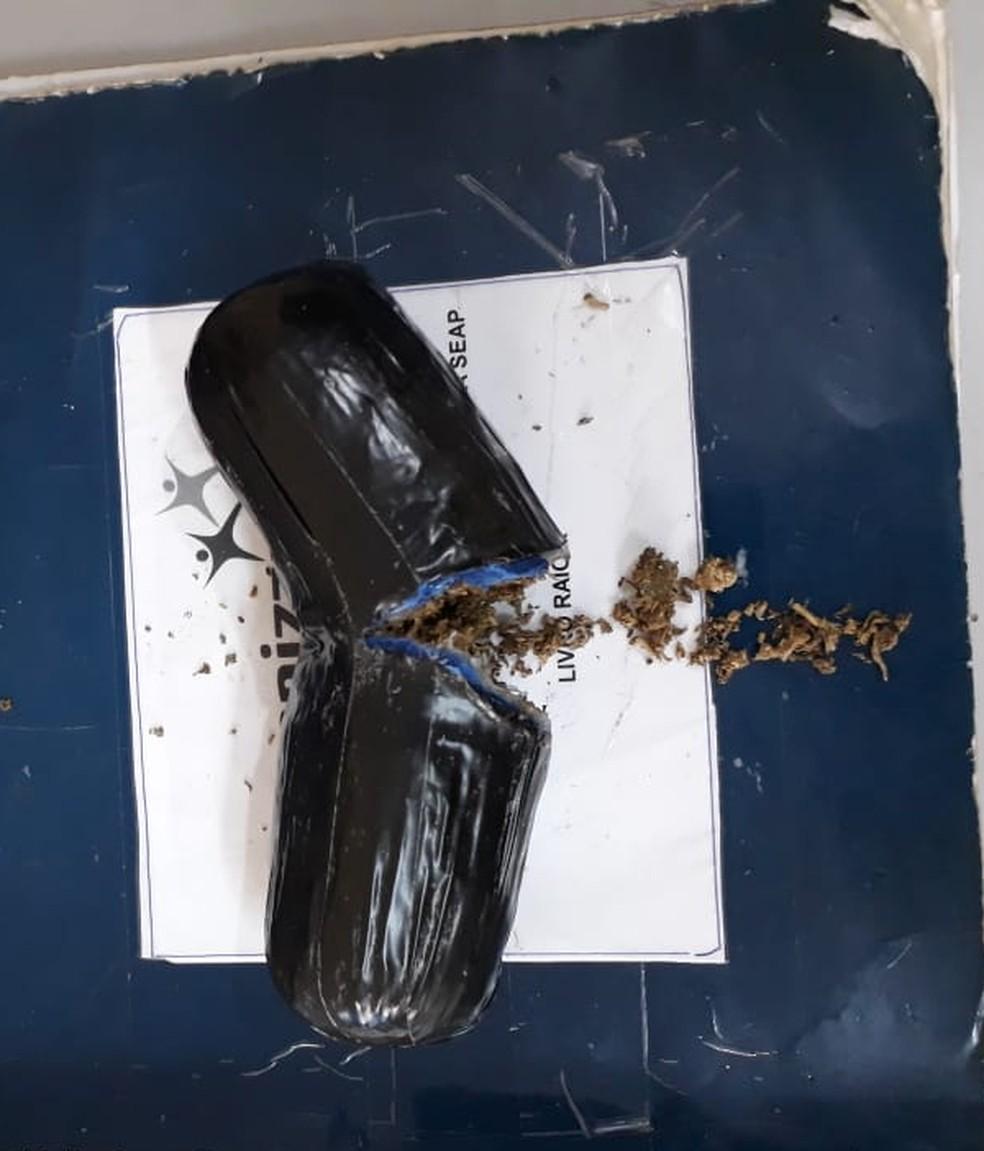Objeto em formato fálico com drogas dentro foi encontrado dentro de outra mulher que desejava entrar no Ipat, em Manaus (Foto: Divulgação/PM)