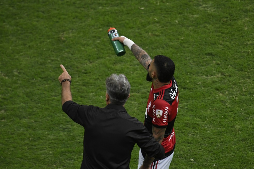 Renato Gaúcho conversa com Gabigol em Flamengo x Defensa y Justicia, pela Libertadores — Foto: Mateus Bonomi/AGIF