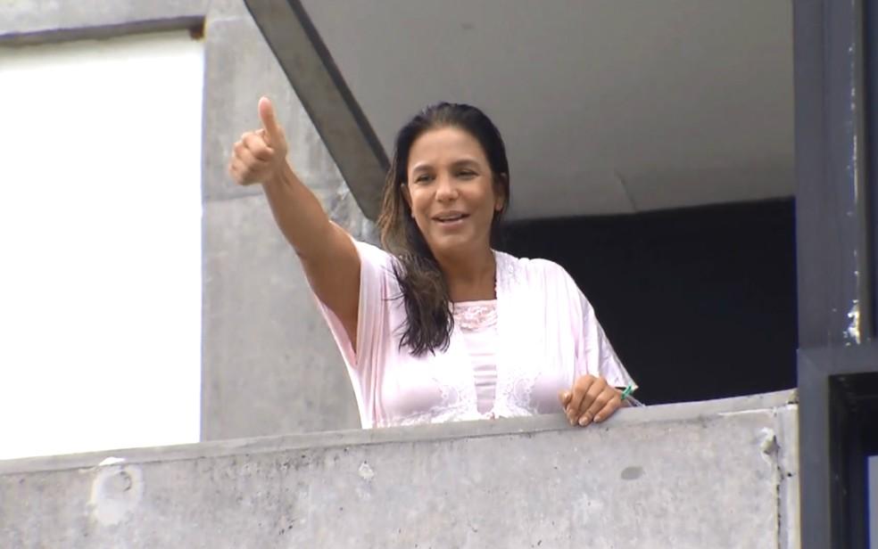 Ivete apareceu na varanda do hospital e conversou com a imprensa (Foto: Reprodução/TV Bahia)