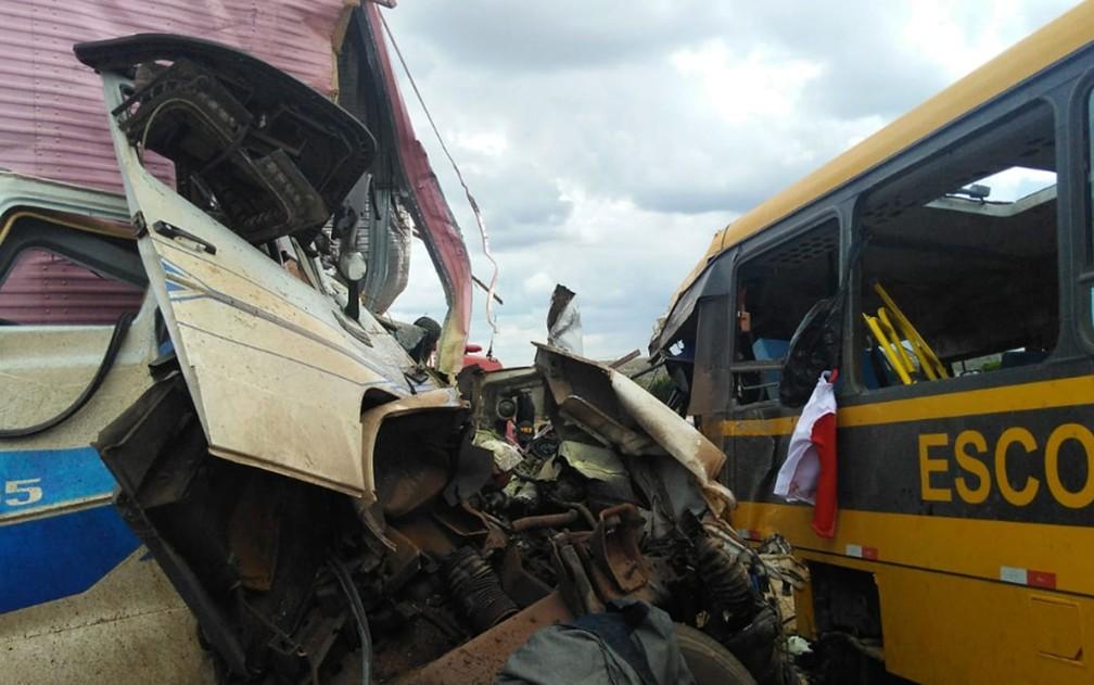 Batida entre carreta e ônibus escolar que seguia para concurso de fanfarra deixa três mortos na BR-116 — Foto: Madalena Braga/TV Subaé