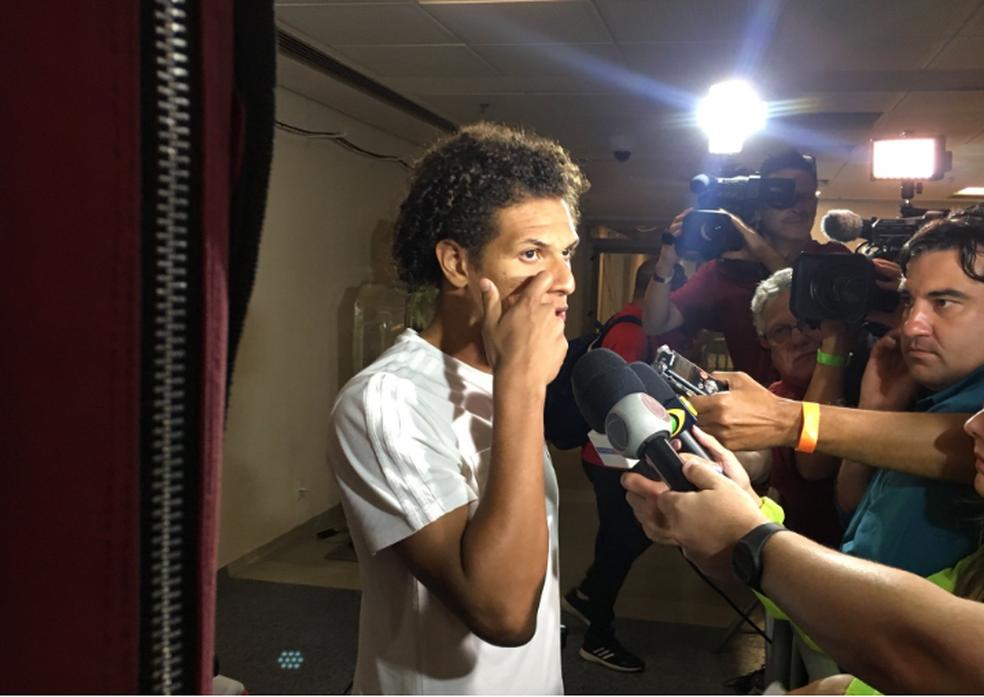 Arão falou com a imprensa após empate no Maracanã (Foto: Fred Gomes)