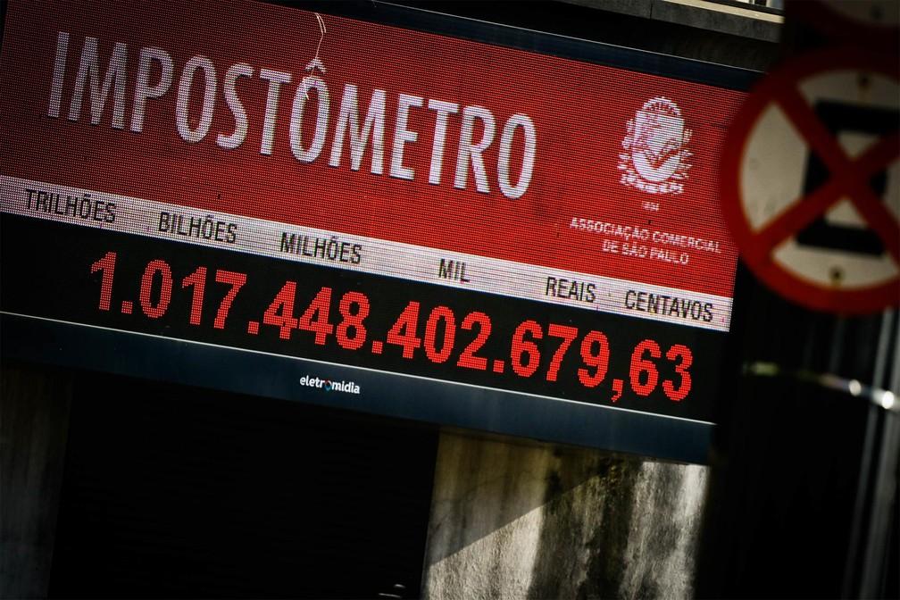 Painel localizado no prédio da Associação Comercial de São Paulo, que registra os impostos arrecadados pelo governo brasileiro, mostra marca acima de R$ 1 trilhão. A marca foi atingida na semana passada, 11 dias antes em comparação a 2018 — Foto: Aloisio Mauricio/Fotoarena/Estadão Conteúdo
