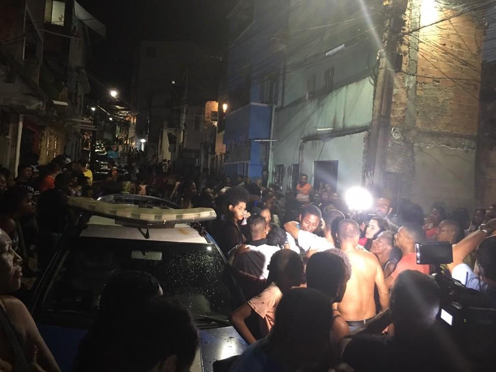 População acompanha negociação da polícia com os bandidos, no bairro da Santa Cruz, em Salvador — Foto: Alan Oliveira/ G1
