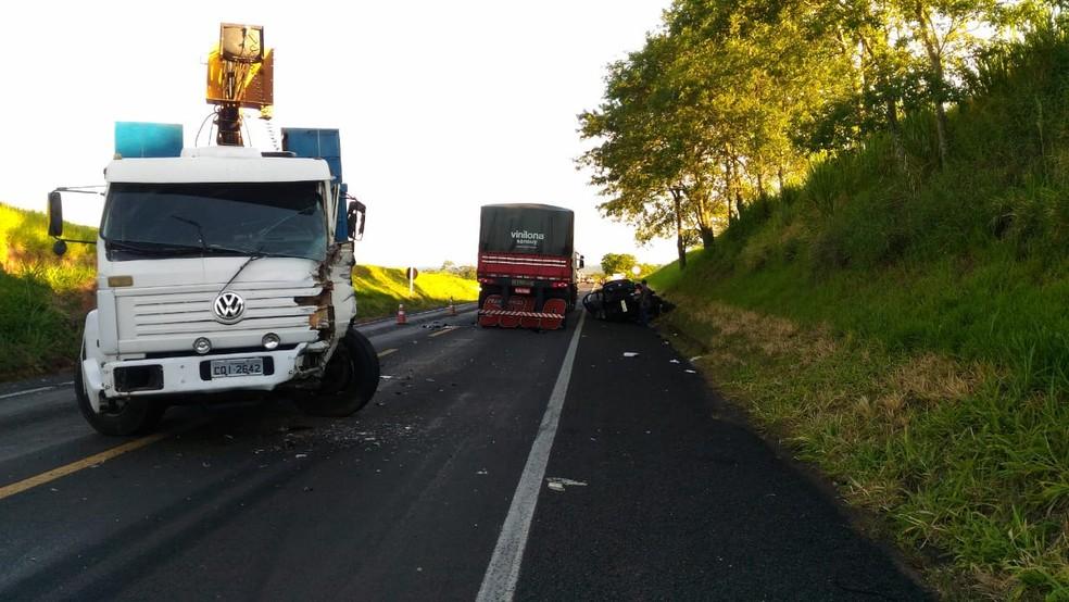Carro tentou ultrapassar caminhão em rodovia de Ocauçu — Foto: Polícia Rodoviária/Divulgação