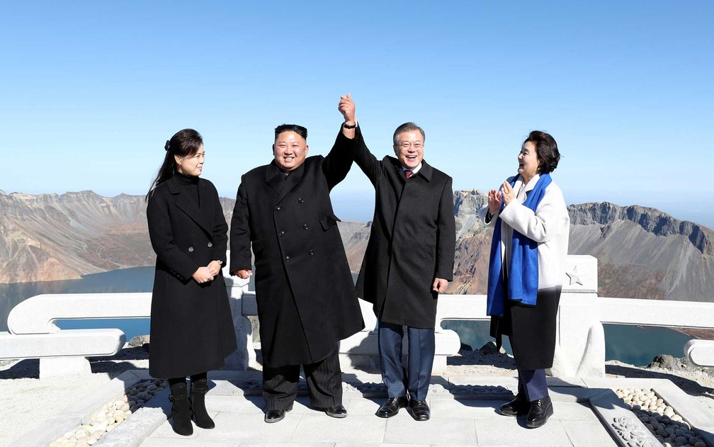 O líder norte-coreano Kim Jong-un e o presidente sul-coreano Moon Jae-in posam com suas esposas no topo do Monte Paektu — Foto: Pyeongyang Press Corps / Pool / via Reuters