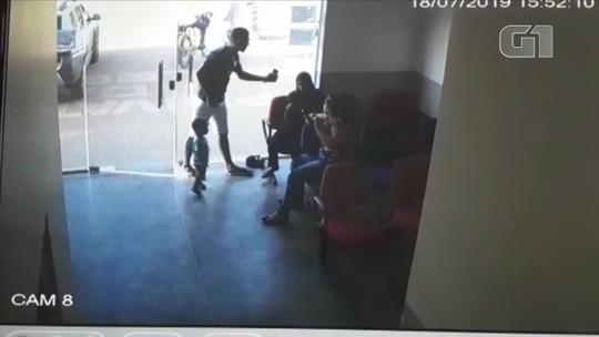 Ex-marido é preso em delegacia por agredir mulher que prestava queixa contra ele por violência em MT; veja vídeo