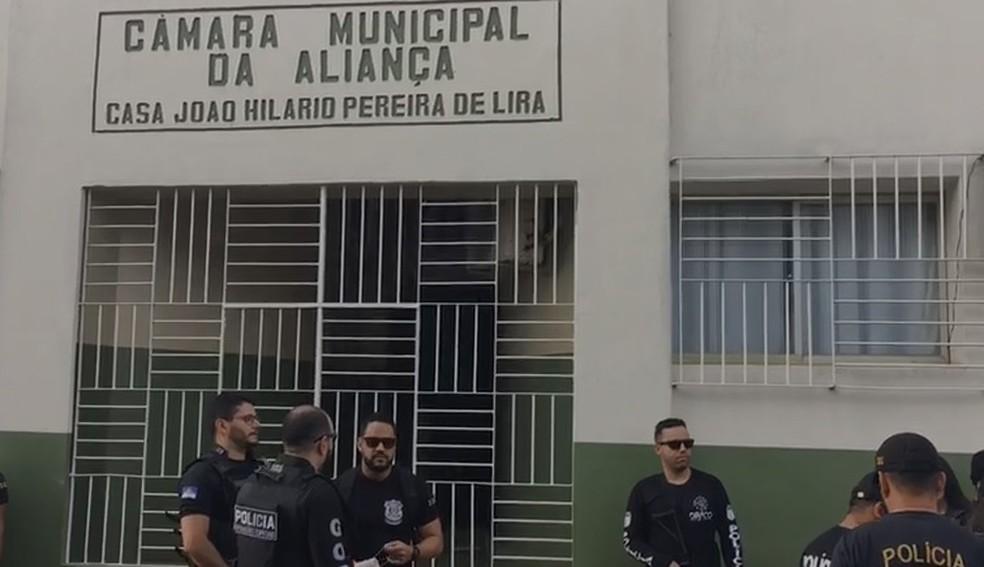 Polícia Civil realiza operação na Câmara Municipal de Aliança, na Zona da Mata Norte de Pernambuco — Foto: Polícia Civil/Divulgação