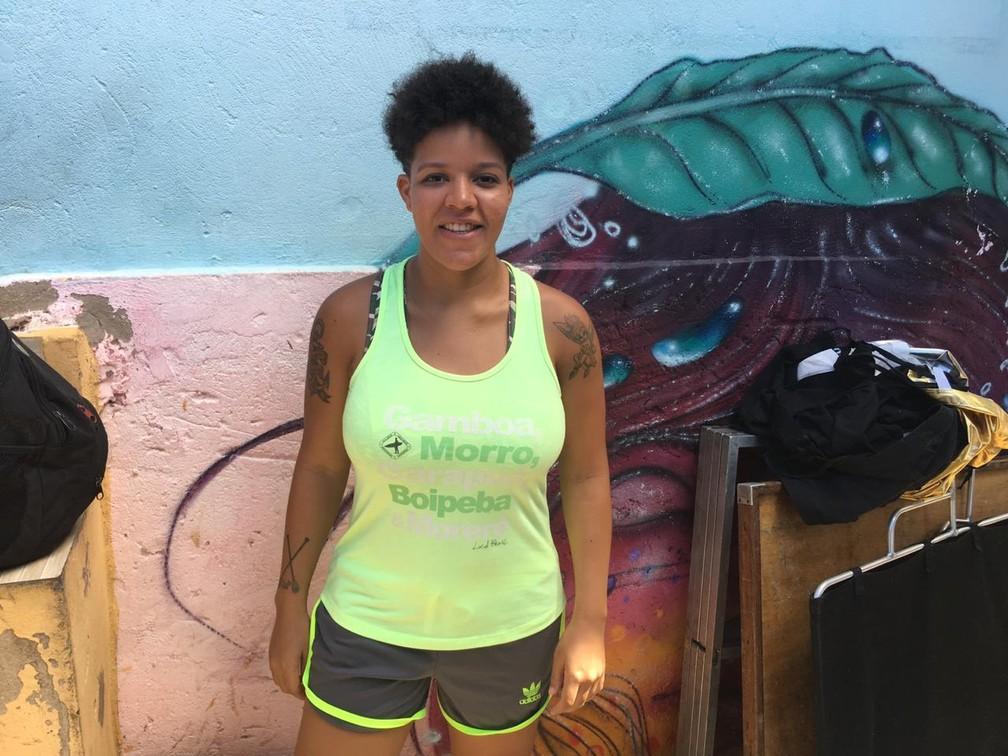 Paloma Sapucaia, remadora, faz alerta para que visitantes não deixem lixo na praia — Foto: Itana Alencar/G1
