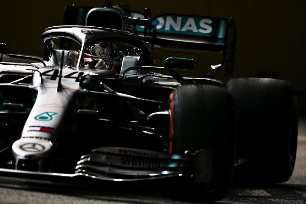 Lewis Hamilton pilota Mercedes durante os treinos em Singapura — Foto: Getty Images