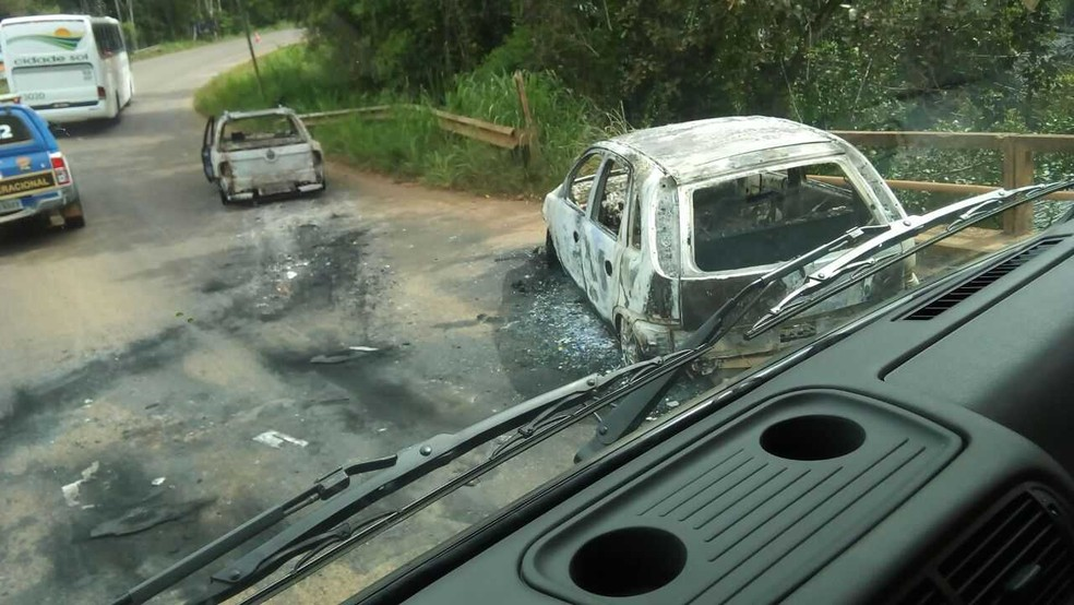Bandidos incendiaram carros para fechar acesso à cidade (Foto: Robson França/Arquivo Pessoal )