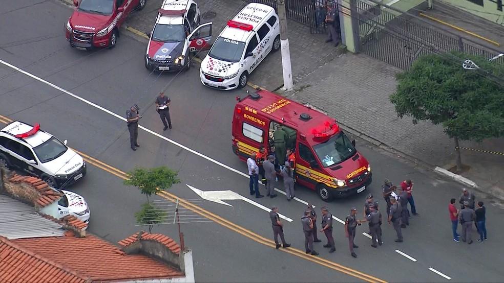 Bombeiros e carros da polícia em frente à empresa onde homem entrou atirando em funcionários no bairro da Saúde, Zona Sul de São Paulo, nesta sexta-feira (20) — Foto: TV Globo/Reprodução