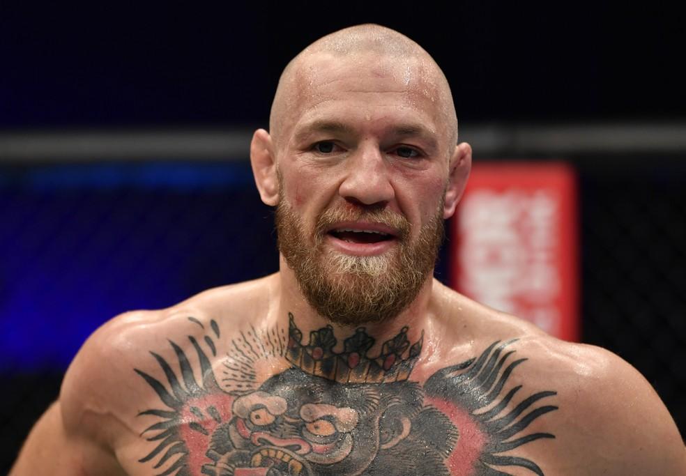 Conor McGregor não esconde a decepção após a derrota por nocaute para Dustin Poirier no UFC 257 — Foto: Getty Images