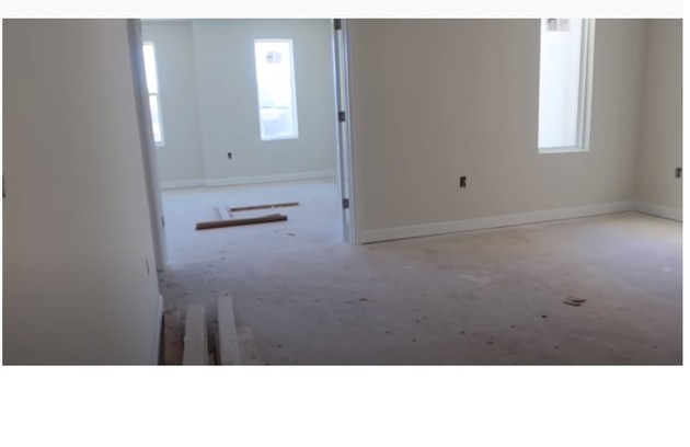 Dois dos nove quartos da mansão da cantora nos EUA (Foto: Reprodução/Youtube)