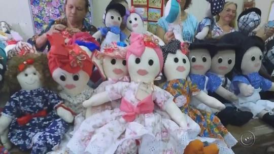 Voluntárias de Piratininga produzem bonecas especiais para crianças com câncer
