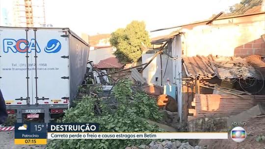 Sem motorista, carreta carregada com toneladas de bobinas arrasta carros e invade uma casa na Grande BH