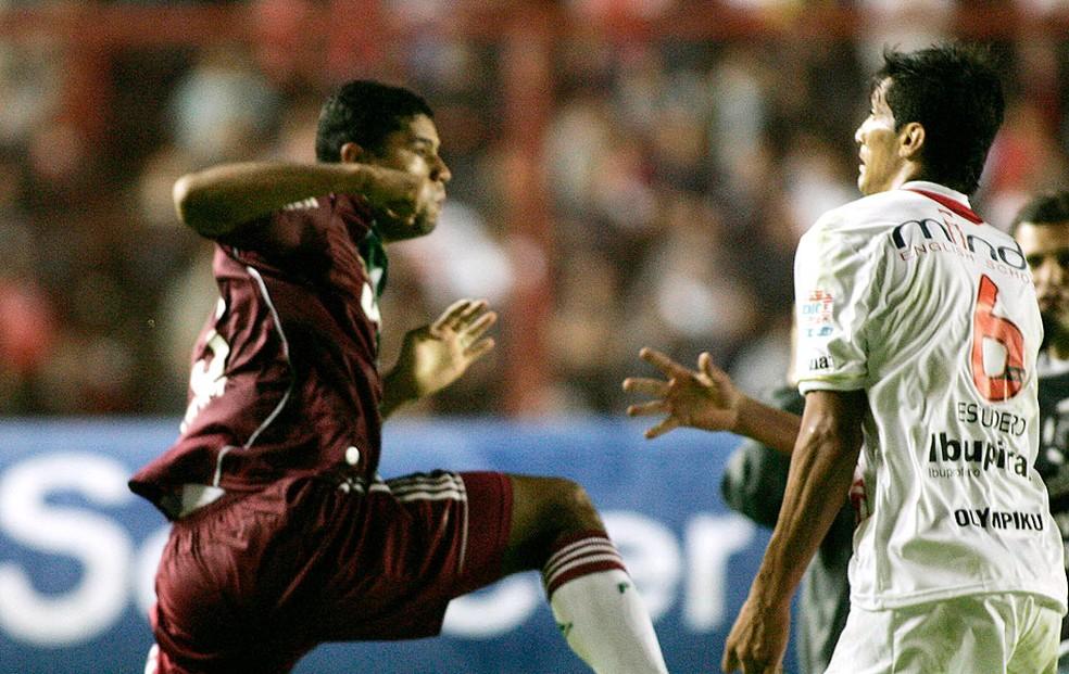 Gum tenta dar soco em Escudero em confusão no jogo entre Fluminense e Argentino Jrs em 2011 — Foto: Reuters