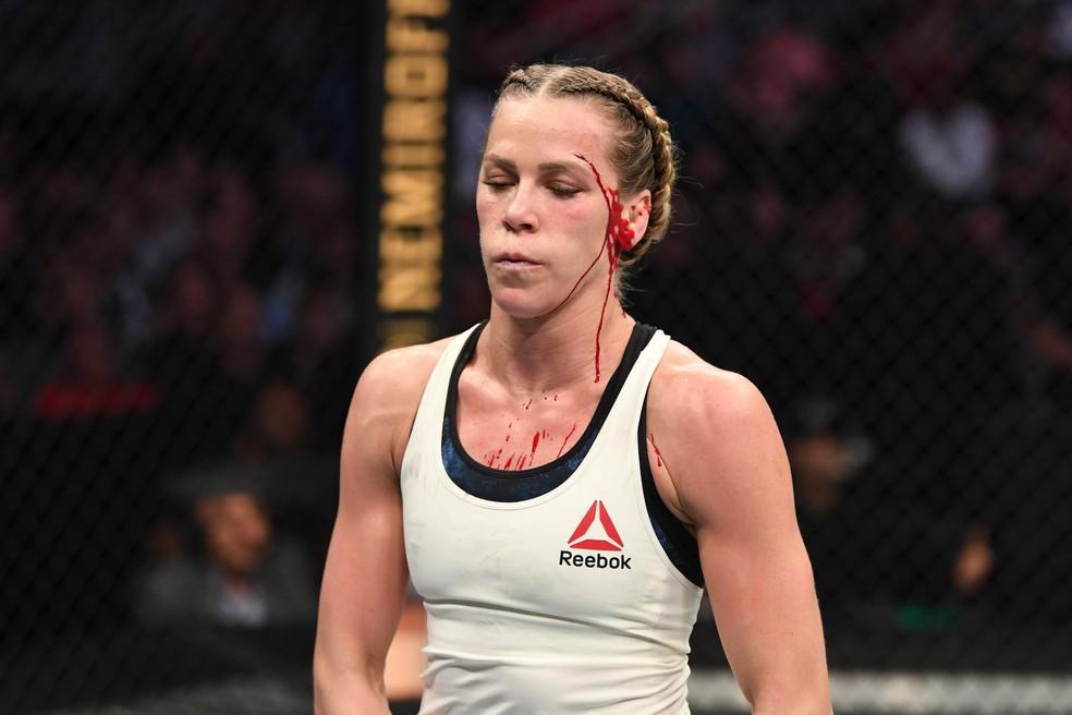 Katlyn Chookagian com o sangramento no supercílio no UFC 247 — Foto: Getty Images
